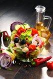Σύνθεση με το φυτικό κύπελλο σαλάτας ισορροπημένο σιτηρέσιο Στοκ Εικόνες