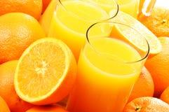 Σύνθεση με δύο ποτήρια του χυμού από πορτοκάλι και των φρούτων Στοκ φωτογραφία με δικαίωμα ελεύθερης χρήσης
