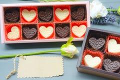 Σύνθεση μορφής καρδιών σοκολάτας Γλυκό δώρο της αγάπης για την ημέρα βαλεντίνων του ST στοκ εικόνες
