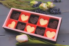 Σύνθεση μορφής καρδιών σοκολάτας Γλυκό δώρο της αγάπης για την ημέρα βαλεντίνων του ST στοκ εικόνα με δικαίωμα ελεύθερης χρήσης