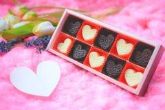 Σύνθεση μορφής καρδιών σοκολάτας Γλυκό δώρο της αγάπης για την ημέρα βαλεντίνων του ST στοκ φωτογραφία