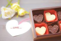 Σύνθεση μορφής καρδιών σοκολάτας Γλυκό δώρο της αγάπης για την ημέρα βαλεντίνων του ST στοκ φωτογραφία με δικαίωμα ελεύθερης χρήσης