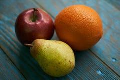 Σύνθεση νωπών καρπών με τα κόκκινα πορτοκαλιά σταφύλια αχλαδιών μήλων Στοκ Φωτογραφίες