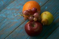 Σύνθεση νωπών καρπών με τα κόκκινα πορτοκαλιά σταφύλια αχλαδιών μήλων Στοκ Εικόνα