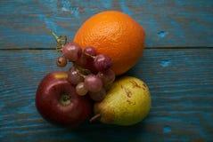 Σύνθεση νωπών καρπών με τα κόκκινα πορτοκαλιά σταφύλια αχλαδιών μήλων Στοκ Φωτογραφία