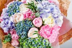 σύνθεση λουλουδιών με το hydrangea και peonies Ροζ χρώματος, πράσινο, lavander, μπλε έγγραφο του Κραφτ τραγανή συσκευασία Στοκ Φωτογραφίες