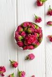 Σύνθεση λουλουδιών Ρόδινα τριαντάφυλλα στο άσπρο ξύλινο υπόβαθρο Στοκ Εικόνες