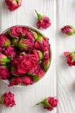 Σύνθεση λουλουδιών Ρόδινα τριαντάφυλλα στο άσπρο ξύλινο υπόβαθρο Στοκ φωτογραφία με δικαίωμα ελεύθερης χρήσης