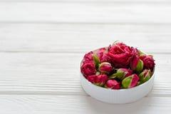 Σύνθεση λουλουδιών Ρόδινα τριαντάφυλλα στο άσπρο ξύλινο υπόβαθρο Στοκ φωτογραφίες με δικαίωμα ελεύθερης χρήσης