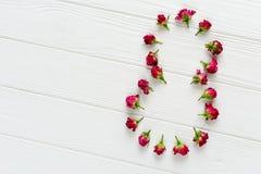 Σύνθεση λουλουδιών Ρόδινα τριαντάφυλλα στο άσπρο ξύλινο υπόβαθρο Στοκ εικόνες με δικαίωμα ελεύθερης χρήσης