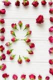 Σύνθεση λουλουδιών Ρόδινα τριαντάφυλλα στο άσπρο ξύλινο υπόβαθρο Στοκ Φωτογραφίες