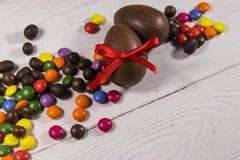 Σύνθεση Πάσχας με τα αυγά σοκολάτας στο άσπρο ξύλινο υπόβαθρο Στοκ εικόνες με δικαίωμα ελεύθερης χρήσης