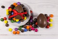 Σύνθεση Πάσχας με τα αυγά σοκολάτας στο άσπρο ξύλινο υπόβαθρο Στοκ εικόνα με δικαίωμα ελεύθερης χρήσης