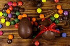 Σύνθεση Πάσχας με τα αυγά σοκολάτας στο ξύλινο υπόβαθρο Στοκ φωτογραφία με δικαίωμα ελεύθερης χρήσης