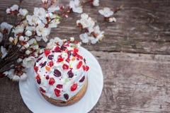 Σύνθεση Πάσχας του γλυκών ψωμιού, του paska, των κλαδίσκων ιτιών και των αυγών στο ελαφρύ ξύλινο υπόβαθρο Ορθόδοξο kulich διακοπέ Στοκ Φωτογραφία