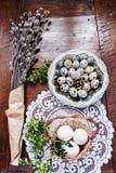 Σύνθεση Πάσχας των catkins, των αυγών και του κάρδαμου στον ξύλινο πίνακα Στοκ φωτογραφία με δικαίωμα ελεύθερης χρήσης