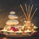 Σύνθεση-πέτρες SPA, κεριά, aromatherapy, ξηρά λουλούδια Στοκ φωτογραφίες με δικαίωμα ελεύθερης χρήσης