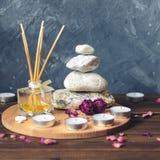 Σύνθεση-πέτρες SPA, κεριά, aromatherapy, ξηρά λουλούδια Στοκ Εικόνες