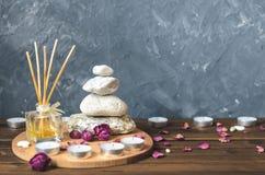 Σύνθεση-πέτρες SPA, κεριά, aromatherapy, ξηρά λουλούδια Στοκ Εικόνα