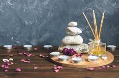 Σύνθεση-πέτρες SPA, κεριά, aromatherapy, ξηρά λουλούδια Στοκ Φωτογραφίες