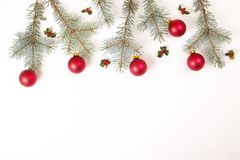 Σύνθεση πλαισίων Χριστουγέννων Δώρο Χριστουγέννων, κλάδος πεύκων, κόκκινες σφαίρες, φάκελος, άσπρα ξύλινα snowflakes, κορδέλλα κα Στοκ φωτογραφία με δικαίωμα ελεύθερης χρήσης