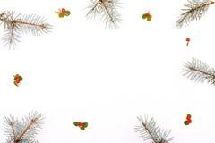 Σύνθεση πλαισίων Χριστουγέννων Δώρο Χριστουγέννων, κλάδος πεύκων, κόκκινες σφαίρες, φάκελος, άσπρα ξύλινα snowflakes, κορδέλλα κα Στοκ Εικόνες