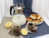 Σύνθεση προγευμάτων με τα φλιτζάνια του καφέ και τις ζύμες Στοκ Εικόνες