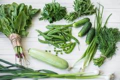 Σύνθεση σε ένα σκοτεινό υπόβαθρο των πράσινων οργανικών χορτοφάγων προϊόντων Στοκ Εικόνες
