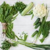 Σύνθεση σε ένα σκοτεινό υπόβαθρο των πράσινων οργανικών χορτοφάγων προϊόντων Στοκ Φωτογραφία