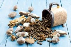 Σύνθεση σοκολάτας καφέ Ραβδιά κανέλας, φασόλια καφέ και σοκολάτα Στοκ εικόνες με δικαίωμα ελεύθερης χρήσης