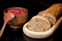 Σύνθεση στο μαύρο υπόβαθρο Τεμαχισμένο ψωμί, φλυτζάνι με το raspberr στοκ φωτογραφίες