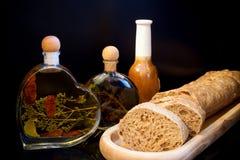 Σύνθεση στο σκοτεινό υπόβαθρο Ξύλινο πιάτο με το τεμαχισμένο ψωμί α στοκ φωτογραφία με δικαίωμα ελεύθερης χρήσης