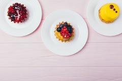 Σύνθεση τριών εύγευστων tartlets επιδορπίων στοκ φωτογραφίες