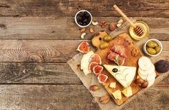Σύνθεση τροφίμων με το πιάτο τυριών με το τυρί, ξηρά κρέατα, vario Στοκ εικόνα με δικαίωμα ελεύθερης χρήσης