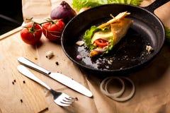 Σύνθεση τροφίμων στο τηγάνι χυτοσιδήρων οριζόντια Στοκ εικόνες με δικαίωμα ελεύθερης χρήσης