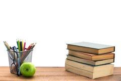 Σύνθεση των βιβλίων, των χαρτικών και ενός πράσινου μήλου στο γραφείο Στοκ Φωτογραφίες
