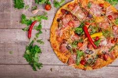 Σύνθεση των ιταλικών τροφίμων Λαχανικά και πίτσα σε ένα καφετί υπόβαθρο Ιταλική πίτσα με το καυτό πιπέρι και την πικάντικη σάλτσα Στοκ φωτογραφία με δικαίωμα ελεύθερης χρήσης