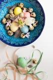 Σύνθεση των κορδελλών και ενός κρητικού κύπελλου με τα αυγά Πάσχας Στοκ Φωτογραφίες