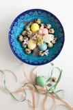 Σύνθεση των κορδελλών και ενός κρητικού κύπελλου με τα αυγά Πάσχας Στοκ Φωτογραφία