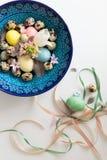 Σύνθεση των κορδελλών και ενός κρητικού κύπελλου με τα αυγά Πάσχας Στοκ φωτογραφία με δικαίωμα ελεύθερης χρήσης