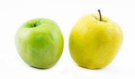Σύνθεση των μήλων σε ένα άσπρο υπόβαθρο - πράσινο και κίτρινο - ακόμα ζωή στοκ εικόνες με δικαίωμα ελεύθερης χρήσης