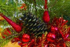 Σύνθεση των παιχνιδιών και του χριστουγεννιάτικου δέντρου Στοκ Φωτογραφίες