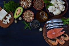 Σύνθεση των προϊόντων που περιέχουν τα ακόρεστα λιπαρά οξέα Omega 3 - ψάρια, καρύδια, tofu, αβοκάντο, αυγά, σόγια, λινάρι, σπόρος Στοκ φωτογραφία με δικαίωμα ελεύθερης χρήσης