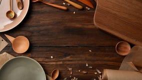 Σύνθεση των συσκευών κουζινών στον ξύλινο πίνακα Στοκ Εικόνες