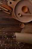 Σύνθεση των συσκευών κουζινών στον ξύλινο πίνακα Στοκ Φωτογραφίες