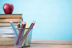 Σύνθεση των χαρτικών, των βιβλίων και ενός κόκκινου μήλου στο γραφείο Στοκ Φωτογραφία
