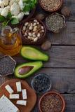 Σύνθεση των χορτοφάγων προϊόντων που περιέχουν τα ακόρεστα λιπαρά οξέα Omega 3 - καρύδια, κάνναβη, chia, λινάρι, αβοκάντο, σόγια, Στοκ Εικόνες
