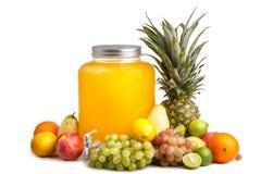 σύνθεση των ώριμων juicy φρούτων και ενός βάζου γυαλιού με τη λεμονάδα Υπόβαθρο που απομονώνεται άσπρο στοκ εικόνα με δικαίωμα ελεύθερης χρήσης