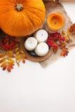 Σύνθεση φθινοπώρου των κολοκυθών, των φύλλων, των μούρων και των κεριών Στοκ φωτογραφία με δικαίωμα ελεύθερης χρήσης