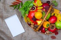 Σύνθεση φθινοπώρου: ψάθινο καλάθι με τα φρούτα και λαχανικά, αριθ. Στοκ Εικόνες